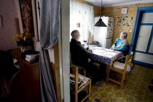 Ingenstans att ta vägen. Ursula och Sven-Olof Engstrand har fått sitt torp utmätt och har ingen annanstans att flytta. Bild från Arbetarbladet 18 mars.Foto: Catharina Sandström