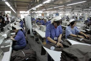 Beijing Garment, klädfabrik norr om Peking som 2004 var en av H&M:s 150 leverantörer. Då var en genomsnittslön för en arbetare i Kina 580 kronor i månaden. I dag är det snarare i länder som Burma och Bangladesh som kedjorna går på shoppingrundor.