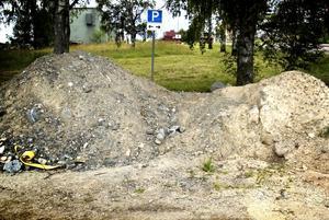 Parkerat skit. Vid Lyvikens sopstation parkeras skit istället för bilar.