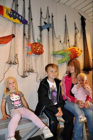 """""""Båten och nätet var häftigast"""", säger Oliver, som var på semester i Tänndalen tillsammans med Tindra, Susanna och Tuva och de passade på att ta en tur till Funäsdalen för att titta på utställningen.foto: sandra wåger"""
