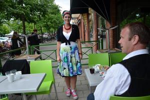 Finast klädd. Kommunalrådet Katarina Hansson firade segern med att äta middag med maken Thomas Andersson.