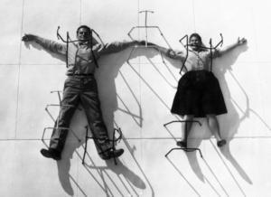 Charles och Ray Eames fastnålade av stolsben.