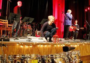 Under hela tisdagen jobbade personal från kulturskolan med att rigga och julpiffa scenen inför kvällens adventskonster på Vivansborg.