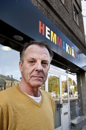 Sören Ahlström på Hemmakväll tycker att det är bra att bilförbudet är hävt.– Jag har förlorat 601 kunder under provavstängningen jämfört med samma period i fjol, säger han.