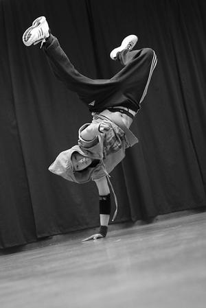 Bra tävlingar med dansare av hög klass. Det lovar Junehee  Han, här i en elegant  uppvisning i akrobatisk dans.