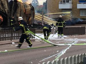 En fastighet med en pizzeria, bostäder samt ett garage totalförstördes i en brand på tisdagseftermiddagen.