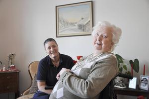 Inger Olofsson gillar både sin nya lägenhet och resten av boendet i Bomhus. också vårdbiträdet Camilla Fröjd trivs i huset.