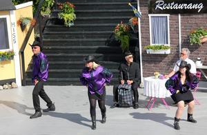 Delegationen från USA försöker övertyga kommunfolket med sång och dans. Från vänster Lars Fille Strömqvist, Ulrika Hollsten, Bengt Larsson, Mikaela Pålsson och Göran Ericsson.