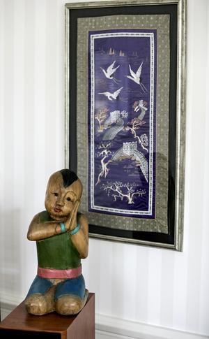 Det finns många föremål från Ostasien i hemmet. Terry gillar det buddhistiska sättet att se på tillvaron.