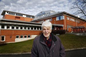 Esse Jansson framför tidningshuset. Under 40 år var han anställd på Norrtelje Tidning som då huserade i centrala Norrtälje.