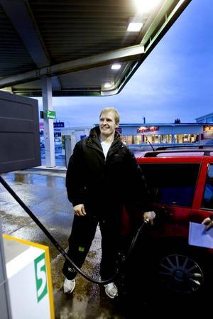 """DYRA DROPPAR. Lars Åsblom från Ockelbo är inte nedslagen av att dieseln kostar mer än bensinen. """"Det lönar sig ändå"""", säger han."""
