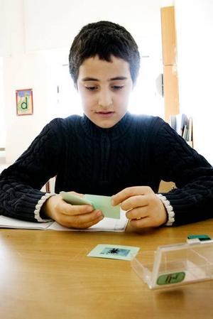 Ömer Öcal, åtta år, övar på tje-ljudet. Han gillar att gå Nynäs Montessoriskola.