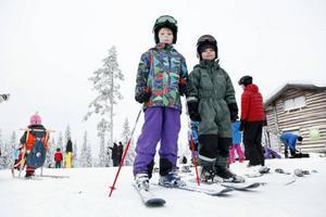 Olle och Tore Hallberg från Östersund var mer än nöjda med backen. – Bäst är att snön inte är så hård, tycker Olle. – Bäst är backen i mitten, menade Tore, båda lite möra efter en hel dag i backen.