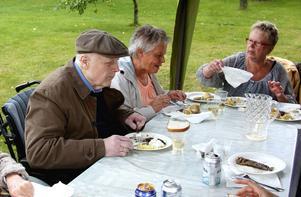 Wanja Kohlström njuter av maten som bjuds: glödstekt sill, potatis, sås, bröd och sedan kaffe med kaka.