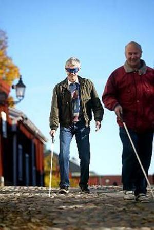 Foto: ANNAKARIN BJÖRNSTRÖM På väg. Kent Lövgren hörsammade Sören Normans och SRF:S inbjudan att promenera utan att använda synen.