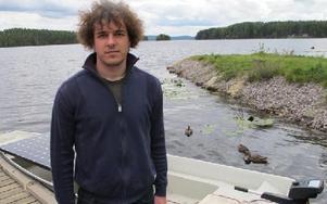 Gergö Gyulai har utvecklat ett sätt att omvandla solenergin till el för att få båtens motor att gå. FOTO: ILSE BRATTLÖF