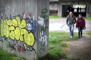 Under stadshusviadukten har den grå betongen fått lite färg.