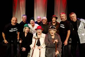 Hela ensemblen är taggade inför premiären på lördag. Från vänster Hasse Öhrström, Sven-Erik Håkansson, Åsa Sundin, Henry Edin, Pia Högström Stolt, Barbro Sjöbom, Torsten Sundin, Love Edvall, Gun-Inger Söderlund, Margareta Stenskog och Siv Håkansson.
