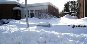 Snötäckt. Mängder av elskåp är totalt överskottade med snö.