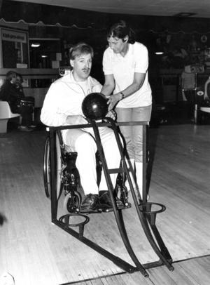 1986. Under många år spelade Knut Lundström i HIF Anund bowling. Ett stativ används för att få klotet i rullning, instruktören heter Gunilla Clemens.