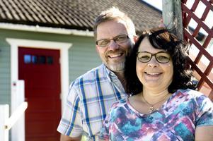 Krister och Marie Jönsson utanför hemmet i Stavreviken. I december planerar de en resa för att besöka den nystartade skolan i Pune utanför Mumbai.