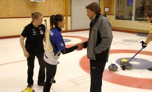 Tack för god match. Rutinerade Per Carlsén från Sundsvall gratulerar Anna Hasselborg, Sundbyberg till segern i mixed-SM. I bakgrunden Carlséns spelpartner Margaretha Sigfridsson.