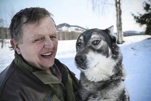 Hunden Skott är Johnnys trogne vän, en hund som även har ett förflutet som filmstjärna.