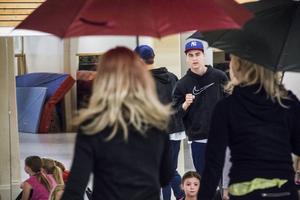 Hannes Lemberg instruerar dansarna som är hela 34 stycken.