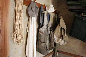 Den slitna gamla arbetsvästen som farbror Johan hade när han jobbade i skogen finns kvar. Liksom favoritryggsäcken.