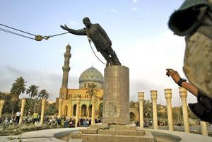 Stöd till vissa. Statyn av Saddam Hussein rivs, sedan han störtats av amerikanska trupper. Men president George W Bush fortsatte att ge stöd till andra arabiska diktaturer. Arkivbild: Jerome Delay/Scanpix-AP