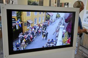 Kungabesök. Ett bildspel med bilder ur Åke Mossbergs bildarkiv rullar på museet, här ett kungabesök.