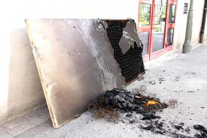 Den utburna dörren visar att elden hade fått fäste och att branden hade kunnat sprida sig.