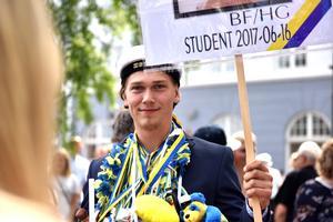 Snart var det dags för avfärd med studentflak men först fick man vackert stå med sitt plakat och bli fotograferad.
