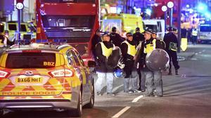 Poliser på Borough High Street på lördagskvällen.