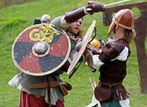Foto: LASSE WIGERTMed svärd i hand. Rikard Zetterquist och Johan Davidsson slogs på gammalt vis i Bomhus på Valborgsmässoafton. Med svärd, yxor och knivar angrep de varandra i en så kallad envig. Medeltiden var temat för hela valborgsfirandet i Bomhus