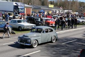 Hela området vid Mekonomen och det bakomliggande industriområdet var fyllt av bilar under Fellingsbro motordag.