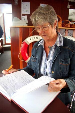 """""""Nästan alla våra gäster skriver in sig i gästboken. En del skriver till och med dikter"""", säger Margareta Byström.Foto: Jonas Ottosson"""