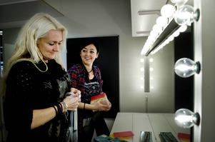 Ann Öberg och Layal Sandström inreder sy- och sminklokalen. Här kan ungdomarna sy, pyssla eller fixa teatersminket.