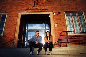 William Stenvall Zetterström och Stina Boström upprörs över att inte alla elever får bärbara datorer och att skolan gör skillnad på yrkesförberedande- och högskoleförberedande program.