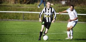 Johan Elffors har snott bollen av Brynäs Wallace da Silva. Men da Silva och Brynäs vann kvalfajten med 1–0.