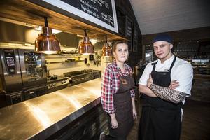 Andrea Skott Dahlgren, restaurangansvarig, och Joakim Hansson, kock, trivs bra på den nyöppnade restaurangen mitt i skidbacken i Funäsdalen.