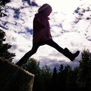 Molly tar stora kliv på Blidö, Midsommarafton. Foto: Emil Roxell