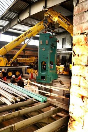 Den nya jättepressen som kom på plats på Ovako i Hofors i går utgör den enskilt tyngsta komponenten i det nya ringverket. Pressen väger 70 ton.