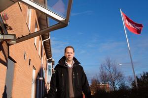 Riflex vd Martin Hagman kritiserar nya fjärrvärmetaxan. Familjens hus, bolagets fastighet på Flygfältet i Norrtälje, får en prishöjning med 25 procent. – Vi som bolag drabbas nu. Men på sikt får hyresgästerna betala, säger Hagman.