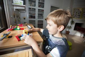 – Där måste man jobba och kolla på datorn och sånt som pappa gör, säger Milton Ryderborn och visar upp ett kontor som han byggt i lego.