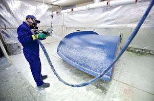 Arek Durka sprutar på hackat glas i en av bitarna som ska ingå i en jättelik vattenrutschbana.