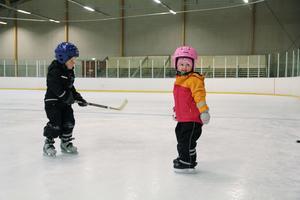 Edvin Mårtensson och Minda Gårtjernsbråten, båda 4 år, spelar hockey i Järvsö arena.