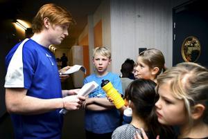 Frågor och svar. Oskar Kjellander får många frågor från treorna på Björkhagaskolan och han försöker reda ut alla frågetecken så gott han kan.