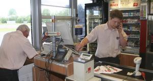 Dan Frengen t.v och Mats Frengen fick ägna all tid åt att återställa butiken i fungerande skick. På disken till höger stod en av de stulna kassamaskinerna.