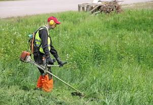 Peter Strandbäck röjer gräs på Färila IP. Han har under sin tid på AME tagit körkort på röjmaskiner.